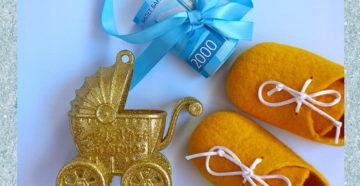 деньги завязанные на голубую ленту,игрушка коляска для новорожденного,пинетки