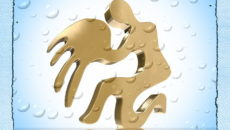 Знак зодиака водолей золотого цвета на голубом фоне ,отражающийся в воде.